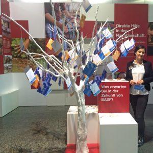 Messestand der BASF mit einem Wunschkartenbaum
