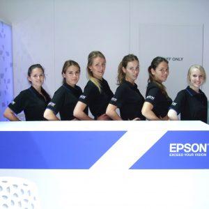 Messehostessen an einem EPSON Stand