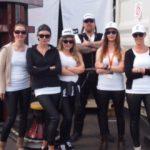 Gruppe von mehreren Personen mit Sonnenbrille und Basecap