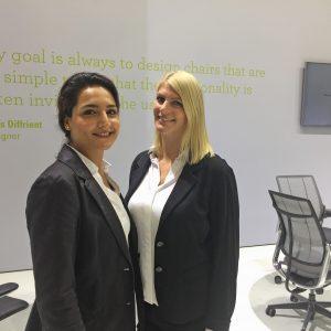 Zwei Frauen im Hosenanzug auf einer Konferrenz