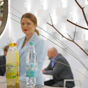 Frau hinter zwei Getränkeflaschen auf einer Veranstaltung