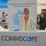 Messehostess hinter einem Commscope-Stand